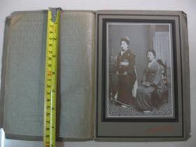 清末老照片 日本明治45年【穿和服两姐妹】硬底板衬裱 背面有拍照者名字 照相馆名