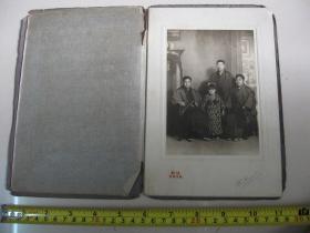 民国早期  日本老照片1枚  【三男子和小女孩】 硬底板带保护纸