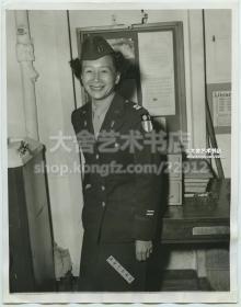 1945年12月,第一位美籍华裔WAC(Women's Army Corps美军女子军队)军人,在中缅印战区服役14个月后回到美国本土。其石姓女上尉,与纽约唐人街市长是兄妹关系。早期华人华侨历史资料老照片