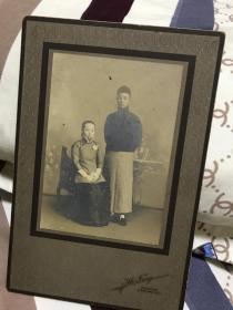 【清末民国精品老照片:上海威海卫兆芳照相馆拍摄 夫妻二人合照】