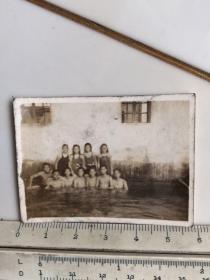 民国时期泳装女子赤膊男子们合影老照片