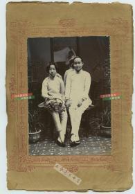 民国早期两名时髦女子照相馆肖像合影老照片,背后的镜子里映出了打反光布的助手