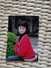 【超珍罕 著名演员 罗海琼 照片 两张(上戏学生原照)】其中穿红毛衣这张背面有本人签名(保真) 附赠:大众电视 2001年 11期(封面罗海琼清纯图片)