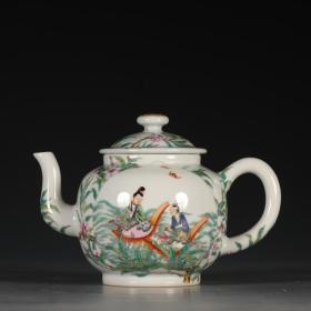 大清乾隆年制款 粉彩人物福寿纹茶壶。 尺寸:高11.2cm口径6.3cm底径6.4cm