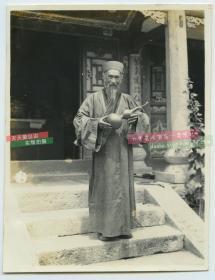 民国时期道教道观中手持炼丹葫芦的道士老照片,强烈泛银,山东威海卫一带