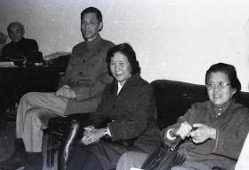 【超珍罕 珍贵的影像资料】廖静文 女士 七八十年代 访问南京师范大学美术系时 35毫米 黑白 胶卷 一卷(39张)扫描后 6寸 照片一套(本订单不含胶片)  图30时师范大学老照片,貌似很多人都在照片里,欢迎方家指导