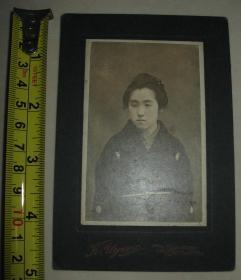民国早期  日本原版老照片 【穿和服少女】半身照 后面标注人名①
