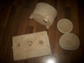 【汉代陶锅灶】三足鼎厨具等四件一套!锅灶尺寸长27.5厘米,宽18厘米,高6.5厘米。有一角有磕碰。三足鼎厨具高12厘米,直径18.5厘米,边有一磕碰