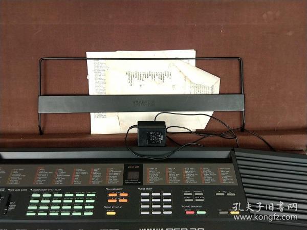 日本原裝雅馬哈電子琴,PSR-38。原裝充電器,說明書,說明書封面撕掉。支架。原箱箱有破損。