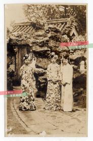 清末老照片:末代皇后婉容、末代皇妃文绣和溥杰妻子唐怡莹合影,尺寸13×8.1厘米,银盐老照片已泛银