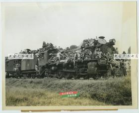 1944年秋广西的桂林柳州大撤退难民乘坐搭载的火车列车车头老照片。22.8X18.1厘米
