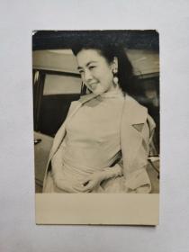 民国美女,钟情,黑白照片一张,出生于1933年,一说1932年。原名张玲麟,英文名Ching Chung,因为母亲姓钟,便取艺名为钟情,是一位香港女演员兼画家。 钟情是湖南湘乡人,1933年6月12日出生于湖南长沙