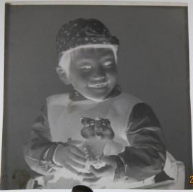 【老底片】(43873)抱玩具的小男孩