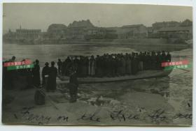 民国天津老照片,冬季的海河摆渡船,船上站满了旅客,泛银