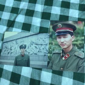 【老照片】两张合售 一名军人在人民英雄纪念碑 彩色