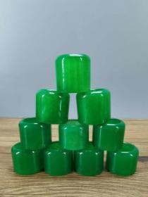 缅甸老坑翡翠扳指,精美漂亮,上手贵气有品味,水头足,手感细腻,上手尊贵大方! 单个口径2.2厘米 单个重37克左右! 单价280一个。