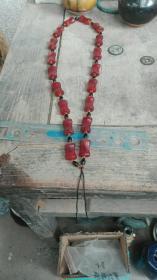 宋元时期工字型红玛瑙桶型扁珠项链,毛衣链,挂件挂绳。共18粒,总重86克,单珠长约2.2厘米,宽约1.4厘米,厚约1厘米。嗽叭口,大孔道,温润老熟,包老到代。