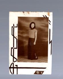 民国老照片;美女、下部写黎丁。背面、写1944年 摄于 小白楼 黎丁。13.2x9cm。烟色