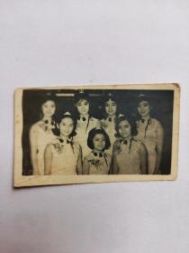1964年,邵氏电影公司七位玉女明星于尖沙咀的金冠酒楼举行结拜仪式,这就是香港电影圈著名的'七公主',包括:冯素波、沈芝华、陈宝珠、萧芳芳、薛家燕、王爱明及冯宝宝。老照片一小张,少见