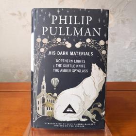 【近期不能发货,别付款,可联系确定发货时间】His Dark Materials:Northern Light, The Subtle Knife, The Amber Spyglass 黑质三部曲:黄金罗盘(北极光)/魔法神刀/琥珀望远镜 Philip Pullman 菲利普·普尔曼 everyman's library 人人文库 英文原版 布面封皮琐线装订 丝带标记 内页无酸纸可以几百年不泛黄