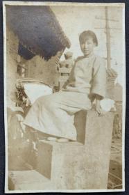 民国时期 古典美女泛银老照片一枚(扶坐于浮雕石梯上,背后有石狮子老建筑与歇脚的人力车夫)