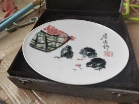 江西南昌搬家公司散出唐云款禽鸟图瓷盘,胎白如玉,圈足有绳孔,画工好,壁上水墨,识者宝之。23厘米