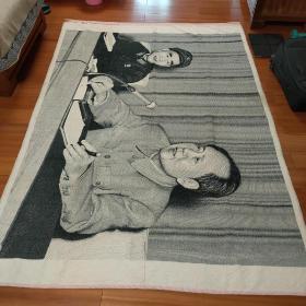 稀见珍品,典型文革遗产,杭州东方红丝织品厂刺绣,毛林像毛泽东林彪合影超厚挂毯毛毯,2米特大幅150*220CM。品相完美,正反面和局部如图示,注意下边有两处有三个点是绣的桌上物品不是破洞。挂文化娱乐休闲会所宾馆有惊艳效果!