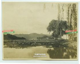 民国时期浙江杭州西湖如画的风景老照片,远处可见断桥,泛银。