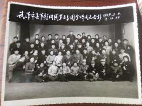 1969年武汉市汉口民众乐园马戏处春节在汉阳慰问演出后合影老照片一张(前排左起第一人为杂技皇后夏菊花,另送照片原持有人文革笔记本一册,笔记里提及夏菊花的婚姻情况),品好包快递。