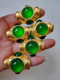 银鎏金镶翡翠戒指 ,纯手工雕刻,翠质水头足,质地细腻纯净无瑕疵,颜色为纯正、明亮、浓郁hbz宝贝是一个价格