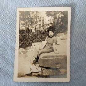 抗日战争时期上海滩大亨黄金荣赠名妓小凤仙照片一张,稀见珍贵。