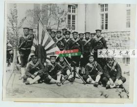 民国1932年淞沪事变时期占领上海的日本海军陆战队队员合影老照片,他们前面放着进攻用的利器---著名的武器:平射炮