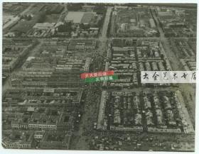 1945年10月2日辽宁大连城市航拍老照片,可见街道上庆祝二战胜利的游行人群队伍