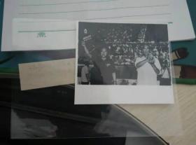 1983年 金鸡奖 特别奖 《茶馆》 导演 谢添(右)和摄影 郑煜元代表摄影组 领奖 照片 附赠:大众电影 82年7期;影视画报 84年4期,均有电影 《茶馆》剧照
