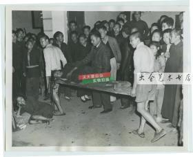 1946年中国内战期间湖南大饥荒,在衡阳有妇女在街头饿晕,被人用门板抬走救治。照片是当地教堂拍摄的。