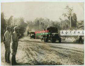 1940年代二战时期,中缅公路运输大动脉开通,源源不断的物资运抵日军封锁下的中国,照片中国民党士兵注视并保卫着卡车。