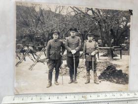 民国抗战时期三个拿指挥刀的日本鬼子军官合影老照片