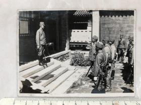 民国抗战时期中国民宅台阶上训话的日本鬼子军官老照片