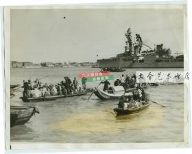 1937年淞沪抗战时期,中国国民党军队撤退后,大批百姓从浦东乘坐小船前往国际租界避难,背景舰只是美国亚洲舰队的旗舰--U.S.S.Augustra奥古斯塔号