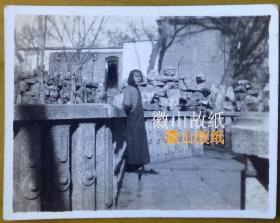 """民国老照片:民国抗战时期——河北保定""""莲池""""(莲池书院,即前清书院,又名古莲花池。现名莲池公园。),1941年12月1日,美女,给老同学霁作纪念。有背题,此角度少见!"""