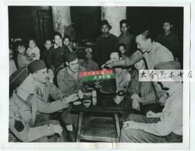 1943年1月,驻中国大西南的一队美军士兵,在一座中国古老宝塔中茶水店里饮茶,服务员正帮他们一一斟满茶杯。