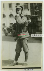 1932年扛枪的年轻国民党国军战士肖像老照片