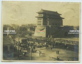 民国时期北京前门箭楼美国兵营顶部向西南方向拍摄繁华街道全貌老照片,含公安街的南部和前门大街的北部。