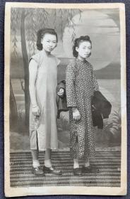 民国时期 相馆湖边月夜布景 旗袍美女合影照一枚(意境优美)