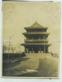 民国时期北京正阳门东侧的城墙上拍摄正阳门城楼老照片,泛银,11.1X8.4厘米