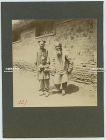 清代1900年代庚子事变时期,北京胡同中的清代老汉老妪带着孙子合影老照片