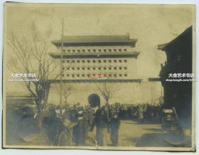 民国时期冬季北京前门正阳门城楼前繁华的街道,熙攘的人群老照片
