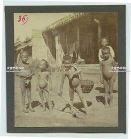 清代1900年代庚子事变时期,北京街头捡废纸的光屁股小孩老照片