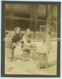 清代1900年代庚子事变时期,北京街头理发师侍弄顾客长辫子老照片