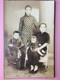 照片,3张合售,民国,合影,旗袍美女,老太太,儿童,人物,服饰、摆设有意思,椅子,花盆(最后几张是赠品)